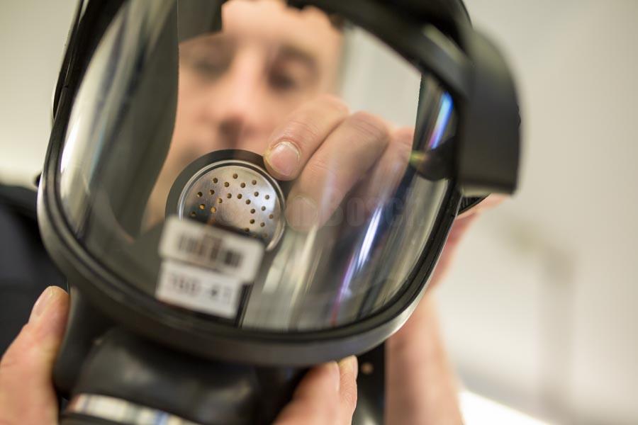Mitarbeiter der Berufsfeuerwehr Marburg bei der Prüfung und Instandsetzung von Atemschutzgeräten. © Jan Bosch