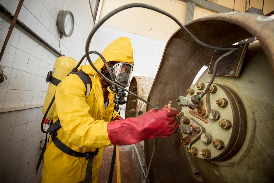 emergency repair of leakage of chlorine container at Deschna water treatment plant © GIZ/Jan Bosch