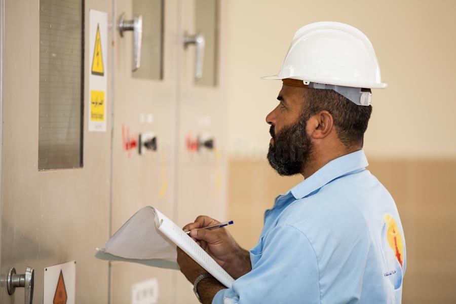 worker is checking electronic controls of Nobareya water treatment plant © GIZ/Jan Bosch