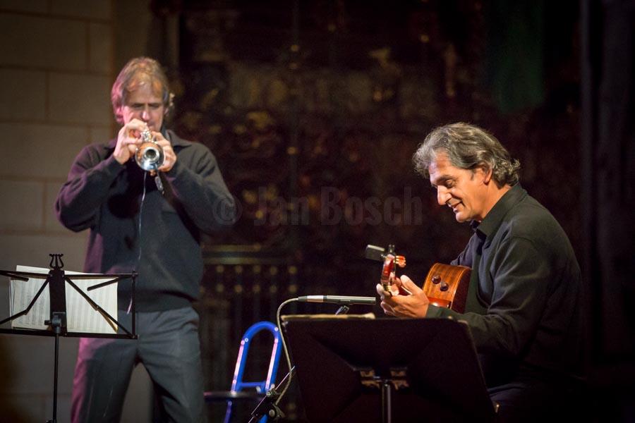 Der Kölner Startrompeter Markus Stockhausen und der ungarische Gitarrenvirtuose Ferenc Snétberger bei einem Konzert in der Lutherischen Pfarrkirche in Marburg. © Jan Bosch