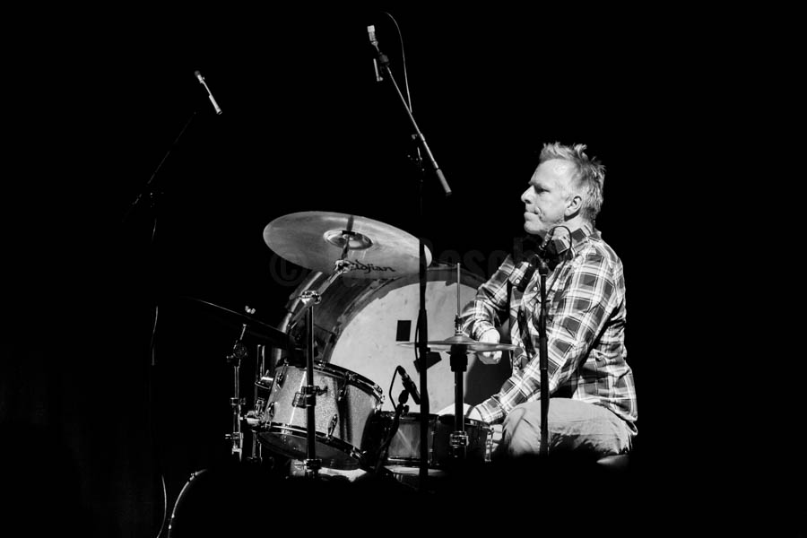 Die schwedische Singer & Songwriterin Aino Löwenmark mit Tingvall Trio Drummer Jürgen Spiegel und dem Multigitarristen Nils Westermann bei einem Konzert im Kulturladen KFZ am 12.2.2016 in Marburg. © Jan Bosch © Jan Bosch