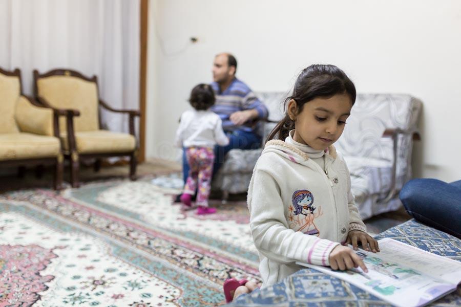 Lin und Yussef erledigen abends ihre den Schulaufgaben im Wohnzimmer. Usama und Kadija sind mit ihren vier Kindern 2013 vor dem Krieg aus Syrien geflohen und leben seit dem in einer kleinen Zweizimmerwohnung in der türkischen Stadt Gaziantep. © Jan Bosch/GIZ