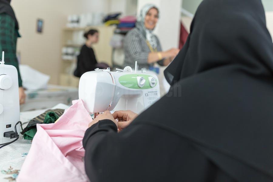 Syrische Frauen bei einem Nähkurs im YUVA Gemeindezentrum in der türkischen Stadt Nizip. Gemeindezentren (Multi-Service-Centers) unterstützen Flüchtlingsfamilien und vulnerable türkische Familien der Aufnahmegemeinden der von Flüchtlingsströmen am meisten betroffenen Regionen der Türkei beim Zugang zu einem bedarfsgerechten und qualitativ verbesserten Bildungs-, Beratungs- und Kulturangebot. Auf diese Weise soll die soziale Kohäsion zwischen Flüchtlingen und türkischen Aufnahmegemeinden gestärkt werden. © Jan Bosch/GIZ