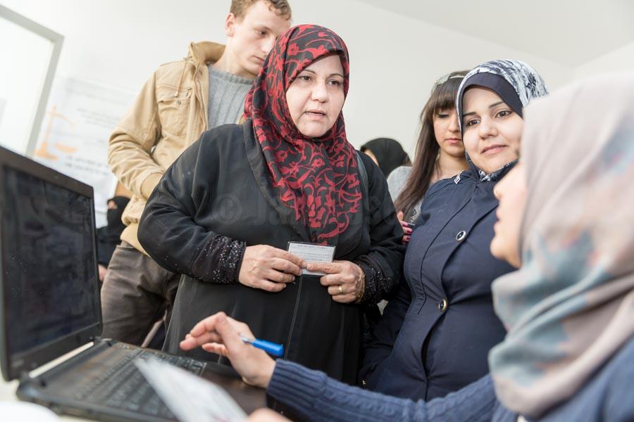 Täglicher Andrang im Beratungsraum im YUVA Gemeindezentrum in der türkischen Stadt Nizip. Gemeindezentren (Multi-Service-Centers) unterstützen Flüchtlingsfamilien und vulnerable türkische Familien der Aufnahmegemeinden der von Flüchtlingsströmen am meisten betroffenen Regionen der Türkei beim Zugang zu einem bedarfsgerechten und qualitativ verbesserten Bildungs-, Beratungs- und Kulturangebot. Auf diese Weise soll die soziale Kohäsion zwischen Flüchtlingen und türkischen Aufnahmegemeinden gestärkt werden. © Jan Bosch/GIZ
