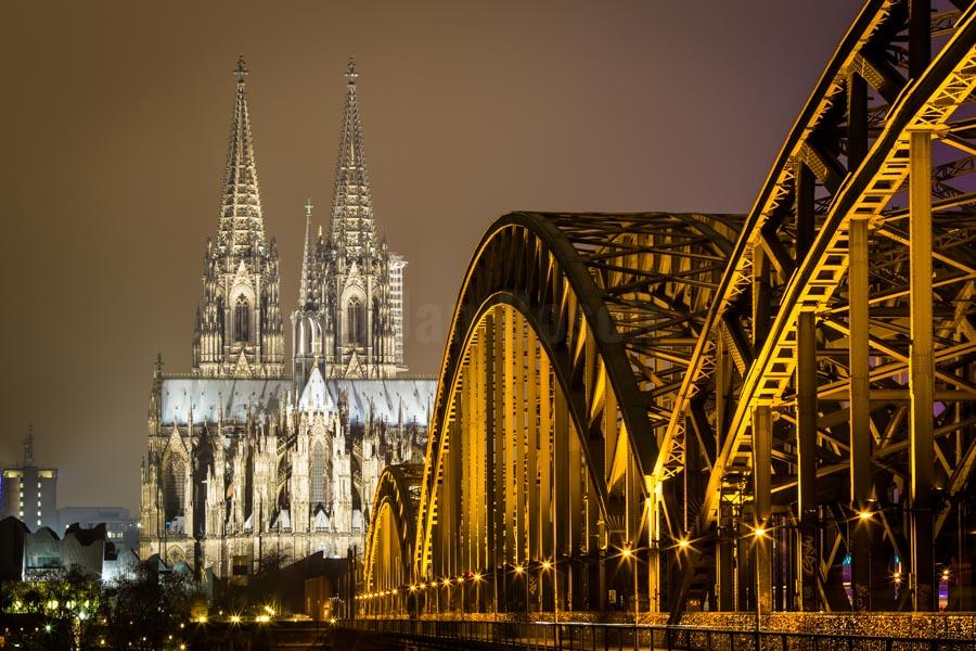 Nachtansicht vom Kölner Dom mit Hohenzollernbrücke. © Jan Bosch