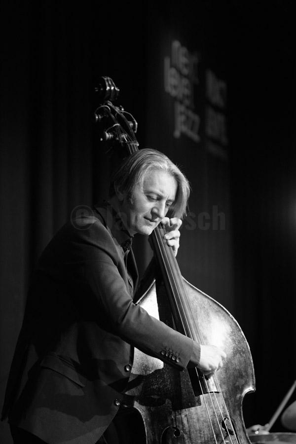 Paul Heller, künstlerischer Leiter und Saxophonist der WDR Big Band, spielt mit dem französischen Gitarren-Virtuosen Biréli Lagrène bei einem Auftritt der Reihe Next Level Jazz im Stadtgarten Köln, 13.2.2017. © Jan Bosch