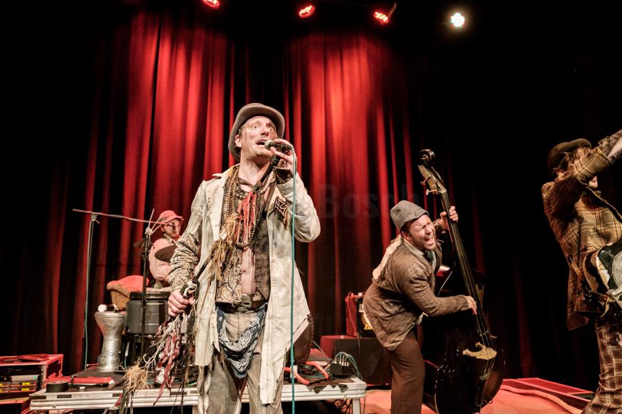 Die deutsche Band The Les Clöchards bei einem Auftritt in der Waggonhalle Marburg, 22.4.2017. © Jan Bosch