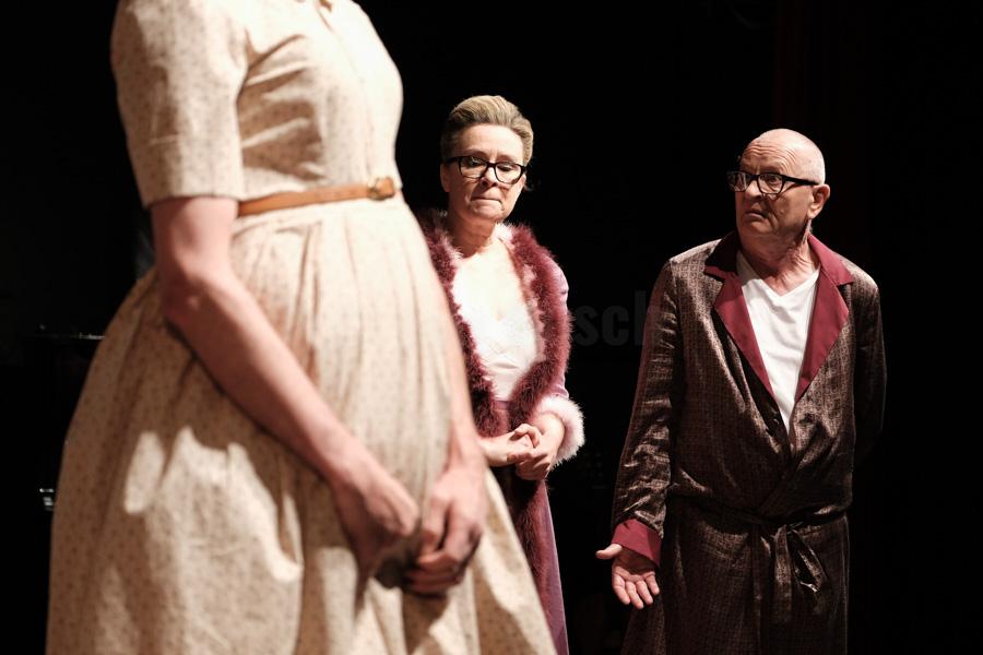"""Das Ensemble des Hessischen Landestheater Marburg bei einer Aufführung von Withold Gombrowicz """"Yvonne, Prinzessin von Burgund"""" in Marburg. © Jan Bosch"""