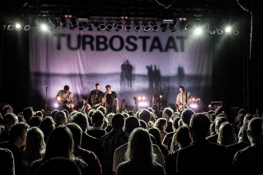 Die deutsche Punkband Turbostaat sorgte für glückliche Gesichter bei ihren vielen Fans und für einen vollen Kulturladen KFZ in Marburg. © Jan Bosch