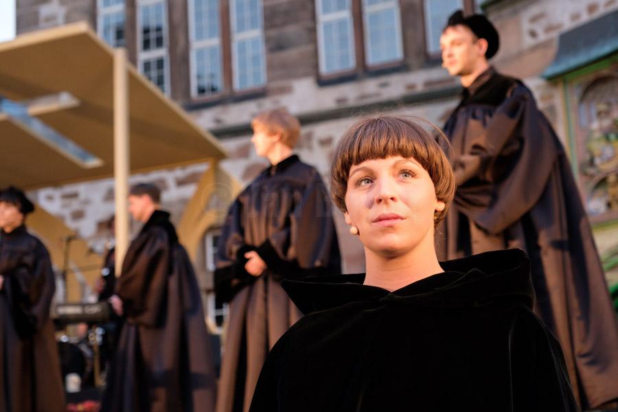 """Das Ensemble des Hessischen Landestheater Marburg bei einer Aufführung von """"Wir sind Luther"""" in Marburg. © Jan Bosch"""