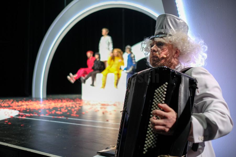 """Das Ensemble des Hessischen Landestheater Marburg bei einer Aufführung von """"Der Zauberer von OZ"""" nach L. Frank Baum in Marburg. © Jan Bosch"""