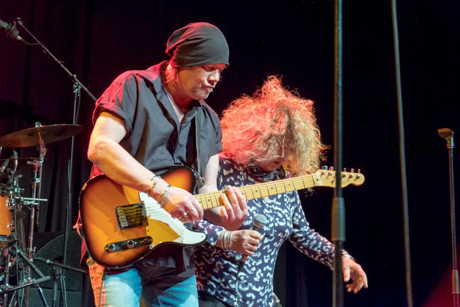 Die Hamburg Blues Band bei einem Auftritt mit Meggie Bell und Chris Farlow im Kulturladen KFZ in Marburg, 14.12.2017. © Jan Bosch