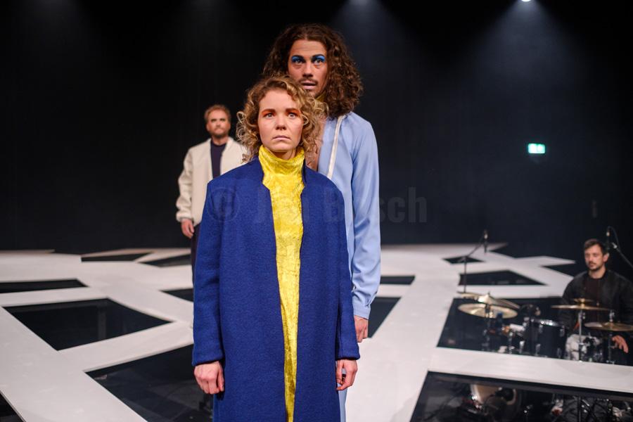 """Das Ensemble des Hessischen Landestheater Marburg bei einer Aufführung von William Shakespeares """"Julius Caesar"""" in Marburg. © Jan Bosch"""