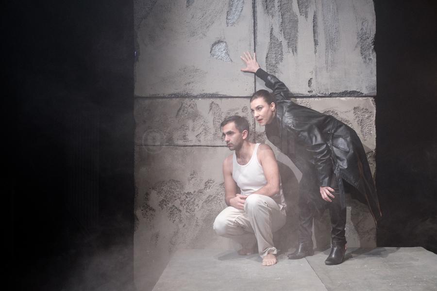 """Das Ensemble des Hessischen Landestheater Marburg bei einer Aufführung von Albert Camus """"Die Gerechten"""" in Marburg. © Jan Bosch"""