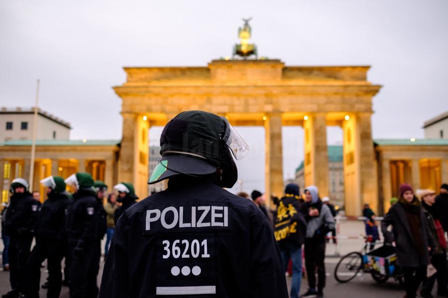Polizeieinsatz bei einer Demonstration gegen Rechts am Brandenburger Tor in Berlin. © Jan Bosch