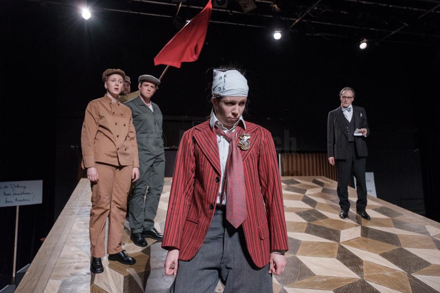 """Das Ensemble des Hessischen Landestheater Marburg bei einer Instenierung von """"Das hündische Herz"""" nach der Erzählung von Michail Bulgakow in Marburg. © Jan Bosch"""