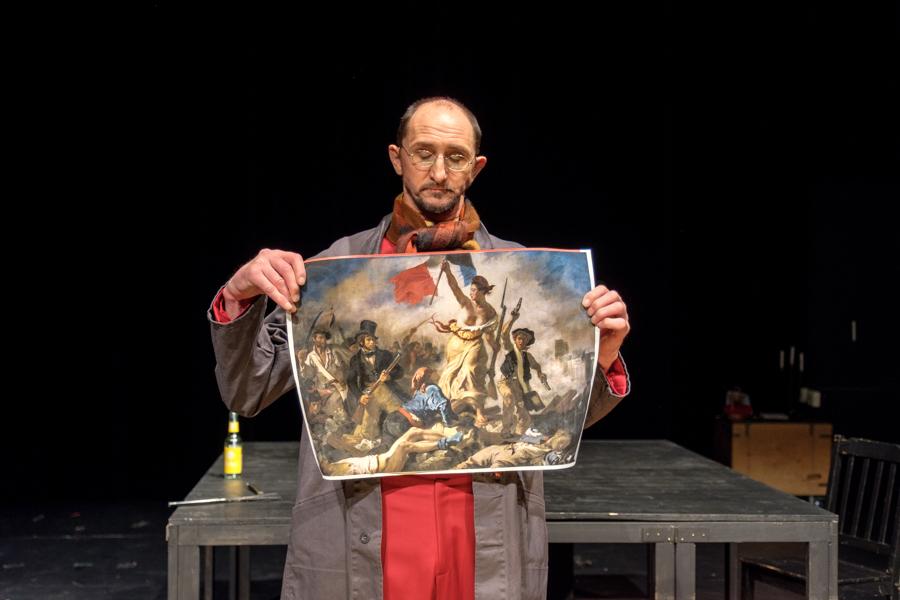 """Der Schauspieler Karlheinz Schmitt des Hessischen Landestheater Marburg bei einer Aufführung des Monodram """"Kindereien"""" von Raymond Cousse"""" in Marburg. © Jan Bosch"""