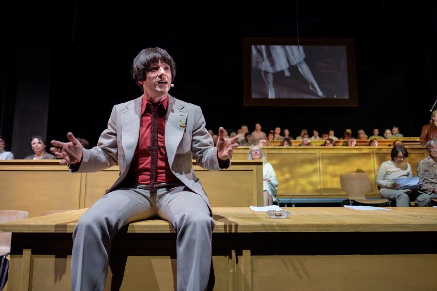 """Das Ensemble des Hessischen Landestheater Marburg bei einer Aufführung von """"50 Jahre 68 - Die Revue"""" in Marburg. © Jan Bosch"""