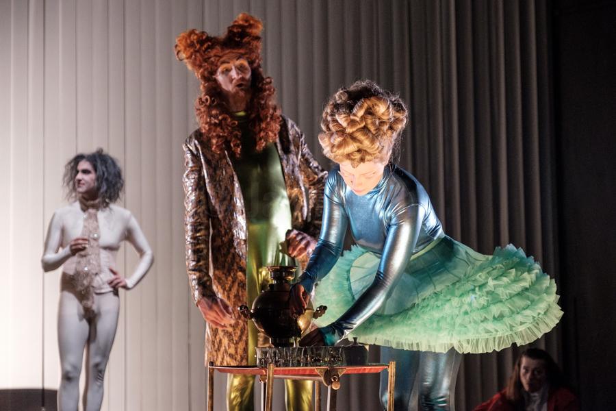 """Das Ensemble des Hessischen Landestheater Marburg bei einer Aufführung von Maxim Gorkis """"Kinder der Sonne"""" in Marburg. © Jan Bosch"""