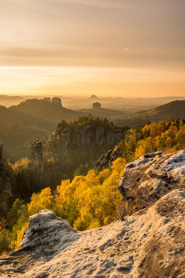 Herbstlicher Blick von den Affensteinen im Nationalpark Sächsische Schweiz. © Jan Bosch