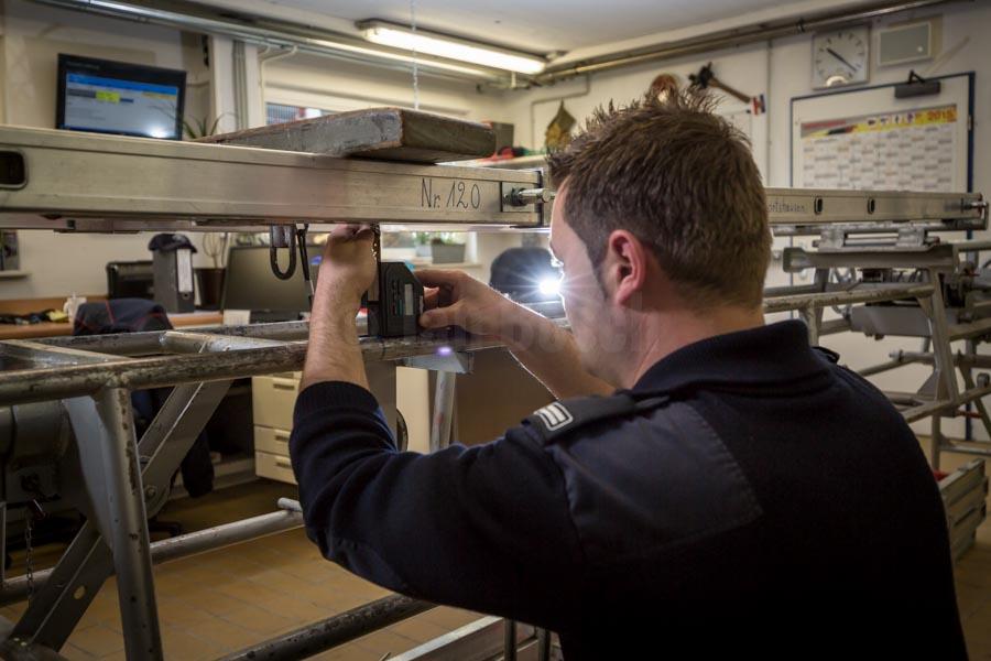 Mitarbeiter der Berufsfeuerwehr Marburg bei der Prüfung und Instandsetzung von Einsatzmaterial. © Jan Bosch