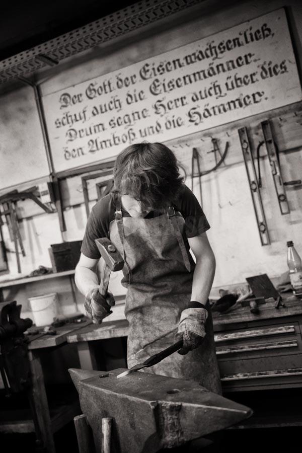 Junge Erwachsene absolvieren ein FSJ in der Denkmalpflege bei der Jugendbauhütte Marburg der IJGD. © Jan Bosch