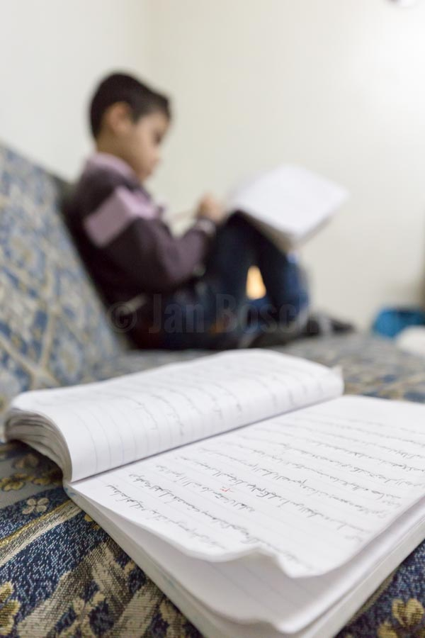 Yussef macht abends seine Schulaufgaben im Wohnzimmer. Usama und Kadija sind mit ihren vier Kindern 2013 vor dem Krieg aus Syrien geflohen und leben seit dem in einer kleinen Zweizimmerwohnung in der türkischen Stadt Gaziantep. © Jan Bosch/GIZ