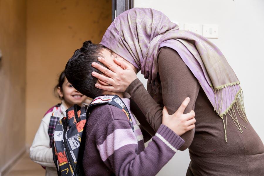 Am Abend kommen Lin und Yussef aus der Schule. Viele Flüchtlingskinder werden von der GIZ mit Schulmaterialien unterstüzt. Usama und Kadija sind mit ihren vier Kindern 2013 vor dem Krieg aus Syrien geflohen und leben seit dem in einer kleinen Zweizimmerwohnung in der türkischen Stadt Gaziantep. © Jan Bosch/GIZ