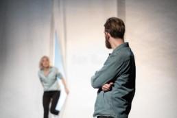 Das Ensemble des Hessischen Landestheater Marburg bei einer Aufführung von Duncan Macmillans