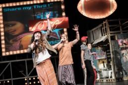 Das Ensemble des Hessischen Landestheater Marburg bei einer Aufführung von Ali Baba und die 40 Räuber von Annette Müller nach der Erzählung aus