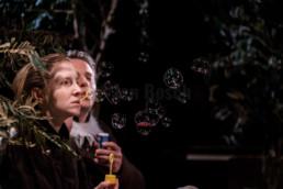 Stefan Piskorz und Victoria Schmidt vom Hessischen Landestheater Marburg spielen mit Peter Wawerzinek bei einer Aufführung von