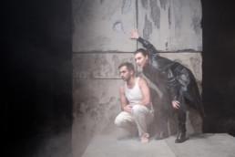 Das Ensemble des Hessischen Landestheater Marburg bei einer Aufführung von Albert Camus