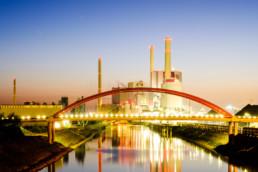 Ansicht des Großkraftwerks Mannheim zur blauen Stunde. © Jan Bosch