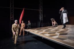 Das Ensemble des Hessischen Landestheater Marburg bei einer Instenierung von