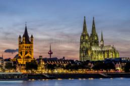 Ansicht der Kölner Altstadt mit Dom und Rathaus zur blauen Stunde. © Jan Bosch