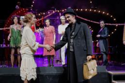 Das Ensemble des Hessischen Landestheater Marburg bei einer Inszenierung des Musiktheaters