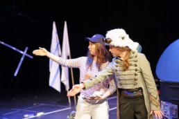 Mechthild Grabner, Lisa Grosche und Artur Molin in der Uraufführung von Am Hafen mit Vogel von Anah Filou am Hessischen Landestheate (HLTM) in Marburg, 17.3.2019. © Jan Bosch
