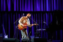 Mit fulminanten Bluesrock und brillanter Melancholie am Flügel begeistert der hochgelobte Bluesmusiker Jesper Munk das im KFZ in Marburg am 19.3.2019. © Jan Bosch