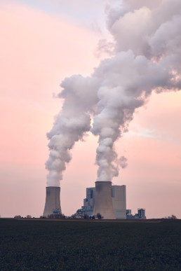 Die Blöcke F & G des Kraftwerks Neurath im Sonnenuntergang, Deutschland. © Jan Bosch