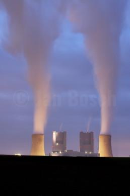 Die Blöcke F & G des Kraftwerks Neurath zur blauen Stunde, Deutschland. © Jan Bosch