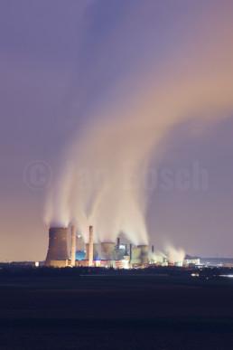 Das Kraftwerk Nideraußem zur blauen Stunde, Deutschland. © Jan Bosch