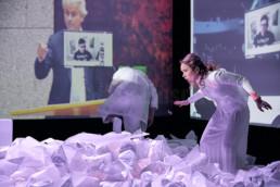 Saskia Boden-Dilling, Zenzi Huber, Simon Olubowale, Robert Oschmann, Metin Turan bei einer Aufführung von FEAR von Falk Richter am Hessischen Landestheater Marburg. © Jan Bosch