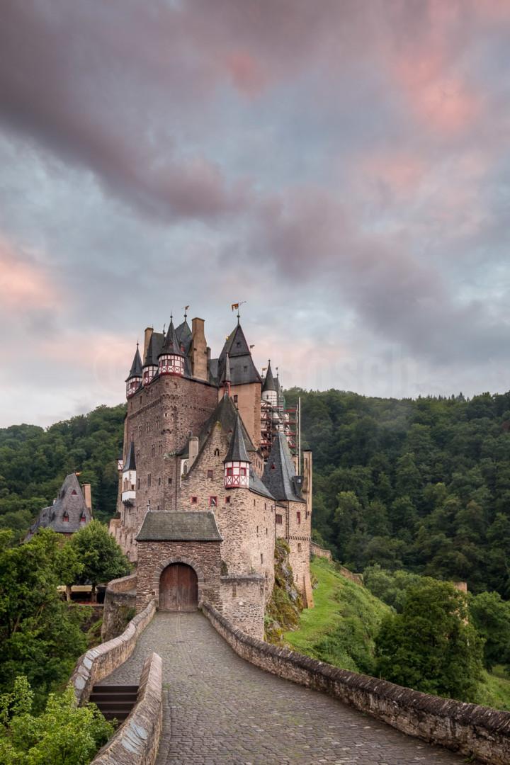 Die hochmittelalterliche Burg Elz im Sonnenuntergang. © Jan Bosch