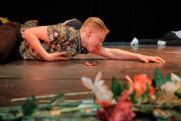 """Sich durchs Leben tanzen und genießen. Jung sein, die Liebe seines Lebens finden. Alle 11 Minuten verliebt sich ein Single über Parship – stimmt das? Romeo und Julia haben sich auch ohne Singlebörsen gefunden. Wo ist die Liebe nun, verschollen? Sie wartet darauf, wieder entdeckt zu werden, von uns. Tanzend, lachend, weinend und vor allem mit viel Freude. Seid dabei: #Rave4Love. Das Projekt """"Integratives Tanztheater: eine Stückentwicklung zum Thema #Liebe"""" wird gefördert durch """"Zur Bühne"""" das Förderprogramm des Deutschen Bühnenvereins im Rahmen von """"Kultur macht stark. Bündnisse für Bildung"""". © www.janbosch.de"""