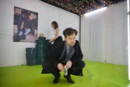 Sven Brormann, Mechthild Grabner, Lisa Grosche, Robert Oschmann und Metin Turan spielen Nora oder ein Puppenheim von Henrik Ipsen in einer Fassung von Laura N. Junghans am Hessischen Landestheater Marburg © Jan Bosch