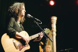 Der deutsche Sänger und Gitarrist Stefan Stoppk bei einem Konzert mit Tess & Daisy im Kulturzentrum KFZ in Marburg am 19.12.2019.