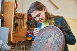 Die Jugendbauhütte Hessen-Marburg öffnet jedes Jahr 22 Freiwilligen die Türen zu spannenden Einsatzstellen in der Denkmalpflege in ganz Hessen. Die Aufgabenbereiche der Einsatzstellen umfassen das gesamte Spektrum der denkmalpflegerischen Arbeitsfelder, von der Archäologie über das Handwerk bis zur Wissenschaft.