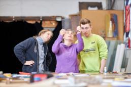 Freiwillige der Jugendbauhütte Baden-Württemberg während einer Seminarwoche in Esslingen am Neckar mit den Schwerpunktthemen Glasmalerei, Konservierung und Restaurierung von Wandmalerei sowie Stuck- und Putzhandwerk. Die Jugendbauhütten sind ein Projekt der Deutschen Stiftung Denkmalschutz in Trägerschaft der Internationalen Jugendgemeinschaftsdienste (IJGD). © Jan Bosch