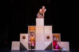 Saskia Boden-Dilling, Ann-Sophie Fritz und Christian Simon spielen Der Schnaps erkennt die Traurigkeit von Anna Morawetz am HLTM in Marburg. © Jan Bosch