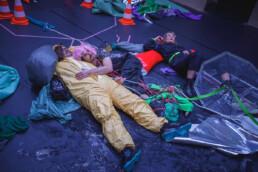 Wicki Bernhardt, Frithjof Gawenda, Johannes Karl in eienr Auffühnrung von Body Boom Boom Brain, eine Produktion von PINSKERurlencodedmlaplussignBERNHARDT im Künstlerhaus Mousonturm, Frankfurt am Main, 1.11.2020 © Jan Bosch